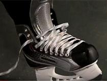 Obere Ösen beim Eishockey Schlittschuh binden offen lassen